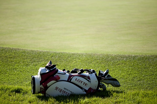 How to Carry a Golf Club Bag - Properly & Safely