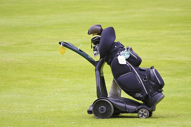 What are the challenges of Flying with golf clubs without a travel bag